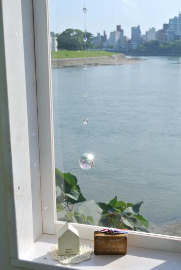 スワロフスキーのサンキャッチャーオーロラ加工窓辺